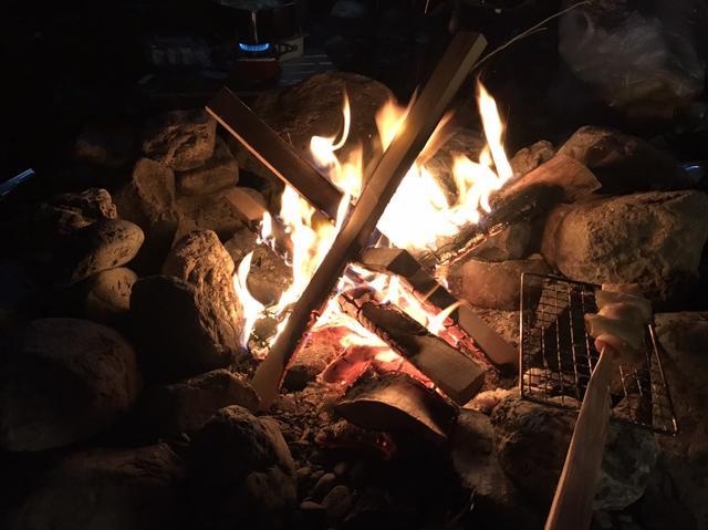画像: 最近のキャンプ場は直火がNGなところが多いらしいです。ここはOKでしたが。