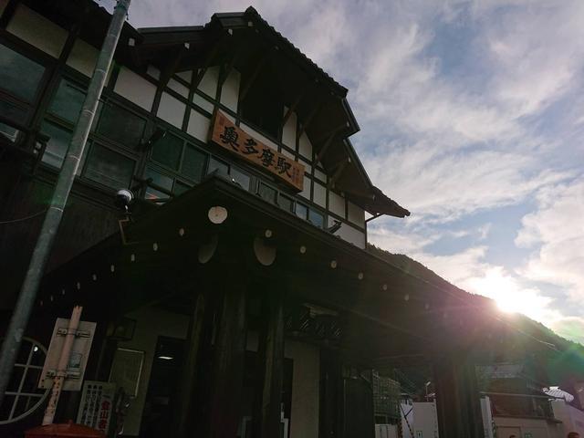 画像: 朝7:30の奥多摩駅。朝日が良い感じにおはようしてます。