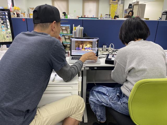 画像: 左が内藤ボス、趣味は阪神タイガース、競馬、お酒、2人の娘ちゃんが激かわいい。 右がブログ金曜担当の山口あこちゃんD。この日は古着屋で購入したというウォッシュ加工のジーンズで登場。おしゃれだね。オフラインをPVしている真剣な様子です。