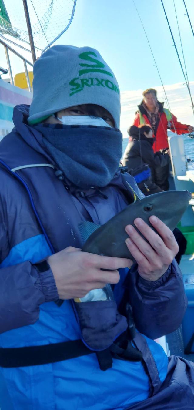 画像: 暴れる魚にビビってしっかり握り、魚が隠れている写真。 鯛を釣り上げた写真はありませんがちゃんと釣りました。 お店で買ってません。