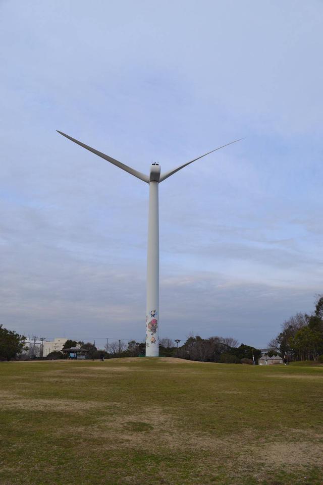 画像: 一本だけそびえたつ風車