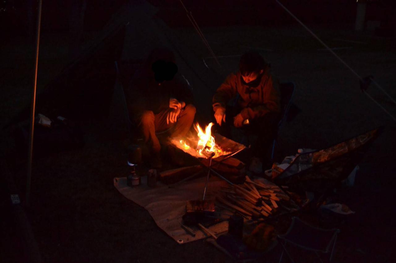 画像: 焚火を取り囲む人々