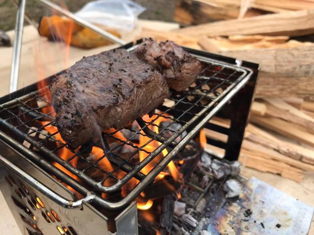 画像: 着いてとりあえず肉を焼く