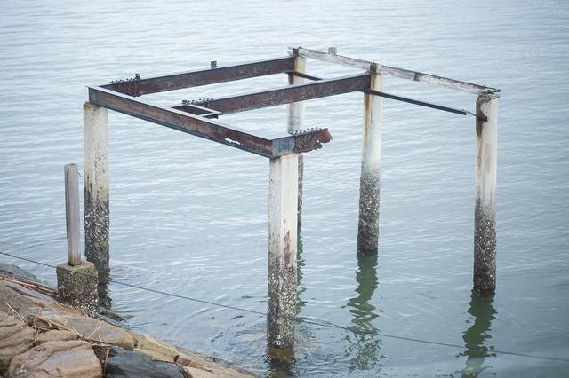 画像: それぞれの小屋の所有権は、海中に打たれた杭にあるという
