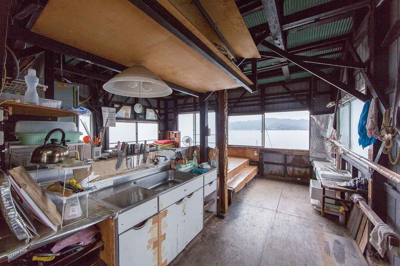 画像: 正面の窓から取り入れた海鮮物は、流しで捌いたり下処理したりしたうえ、刺し身や天ぷらに調理。一段上がった座敷で、捕れたてを味わえる