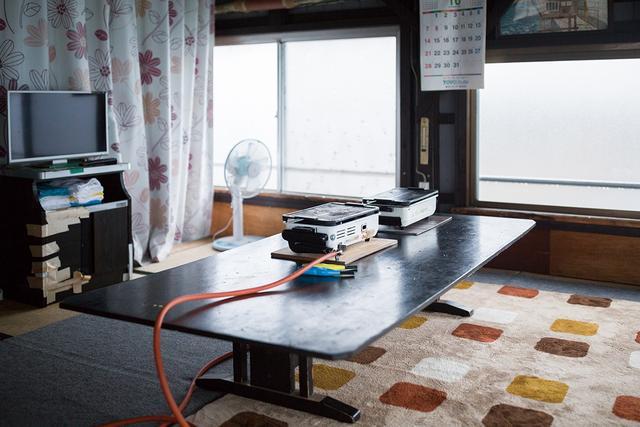 画像: 食卓にガスコンロ、テレビなどがそろえられ、食べながらワイワイ過ごせる