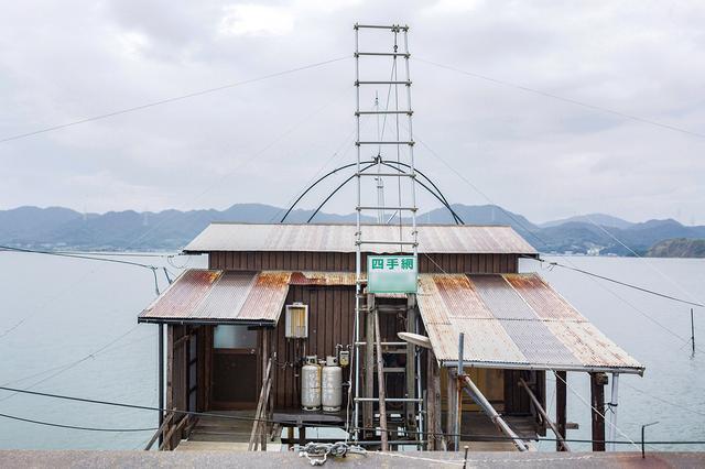 画像: 小屋の大きさや外観は異なるが、網を海に張り出す四つ手網の形式は共通する