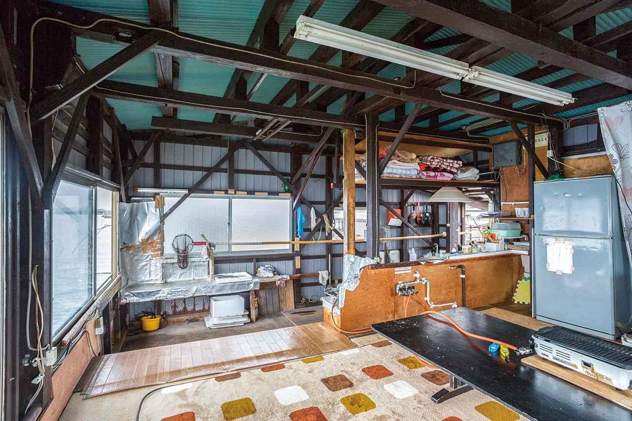 画像: 小屋に集まり、捕った海鮮物をその場で料理して、皆でいただく。機能に沿った空間であり、これ以上ない贅沢な空間といえる