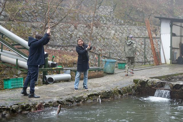 画像: 早くニジマスを釣ったのは!?