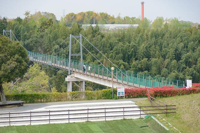 画像1: スリル満点の吊り橋を渡ります!