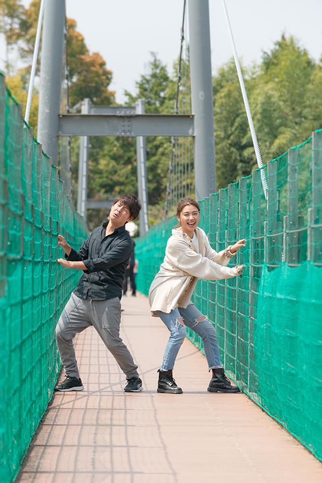 画像2: スリル満点の吊り橋を渡ります!