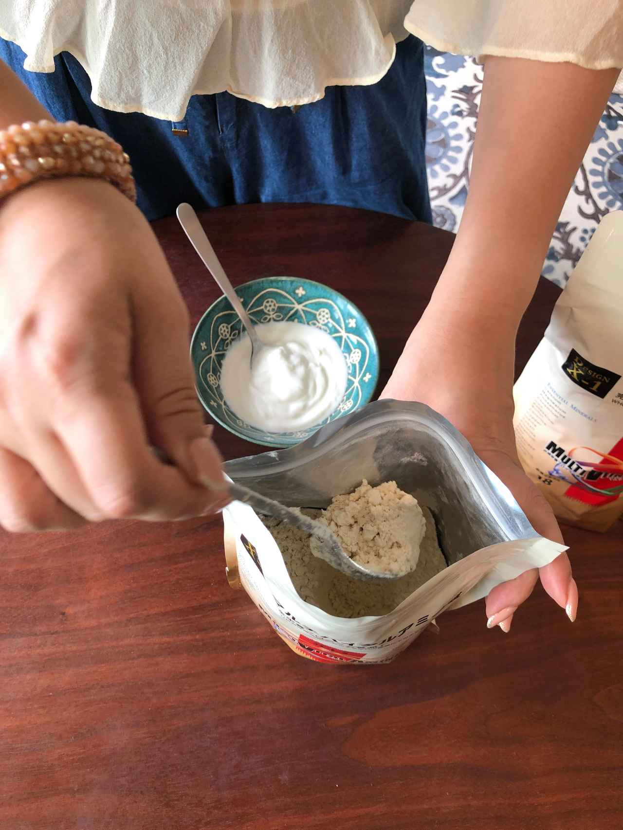 画像: 大さじ4杯くらいのヨーグルトに 「マルチバイタルアミノ酸」を大さじ1~2杯を入れて、 なめらかになるまで混ぜます。
