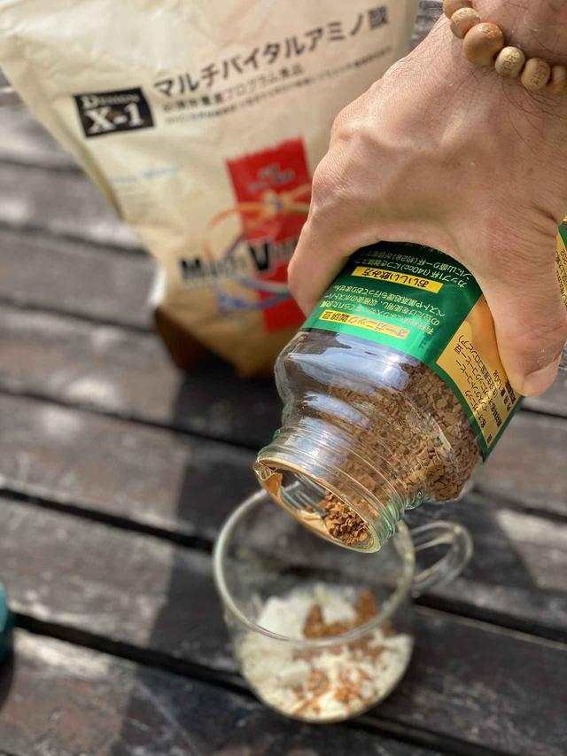 画像: 僕はコーヒーに溶くのが好みです。インスタントコーヒーを入れて