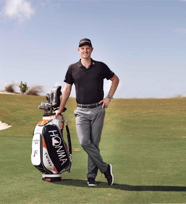 画像: 本間ゴルフのキャディバッグに寄り添って笑顔のローズ。キャディバッグに「ジャスティンローズ」とカタカナで名入れされているのがお茶目だ