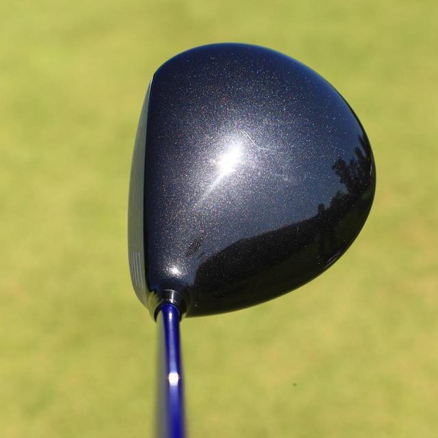 画像: 軽量型カーボンクラウンが強い球を出してくれる。カーボンクラウンなのにカーボンに見えない工夫を施しているのが、HONMAならではのこだわりだ(写真はTW747 460)