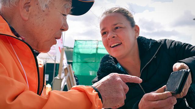 画像: 通訳ボランティアの高倉正則さん=左=は82歳。海外選手と共通の友人の話題で盛り上がっていた。「差別や偏見はまだある。なくす方向に向かうことが大事です」と言う