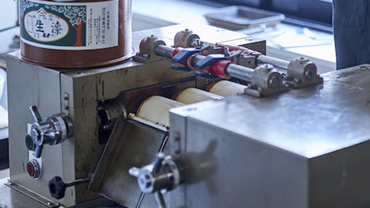 画像: (現在も京都市産技研に設置されている装置。三本ロールミルと呼ばれる)