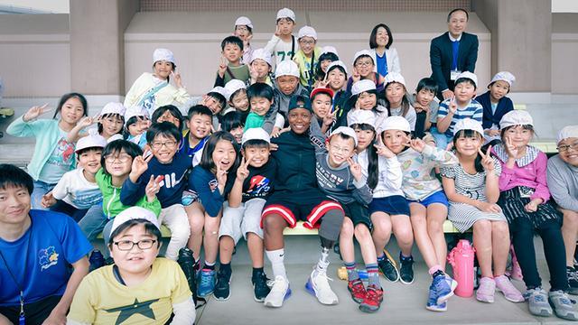 画像: ムンジャーネ選手と地元の小学生たち
