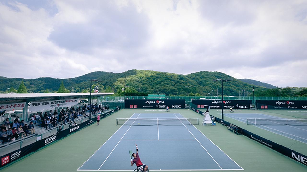 画像: 大会4日目、男子シングルスの準決勝が行われていた。手前はサーブを打つ国枝慎吾選手