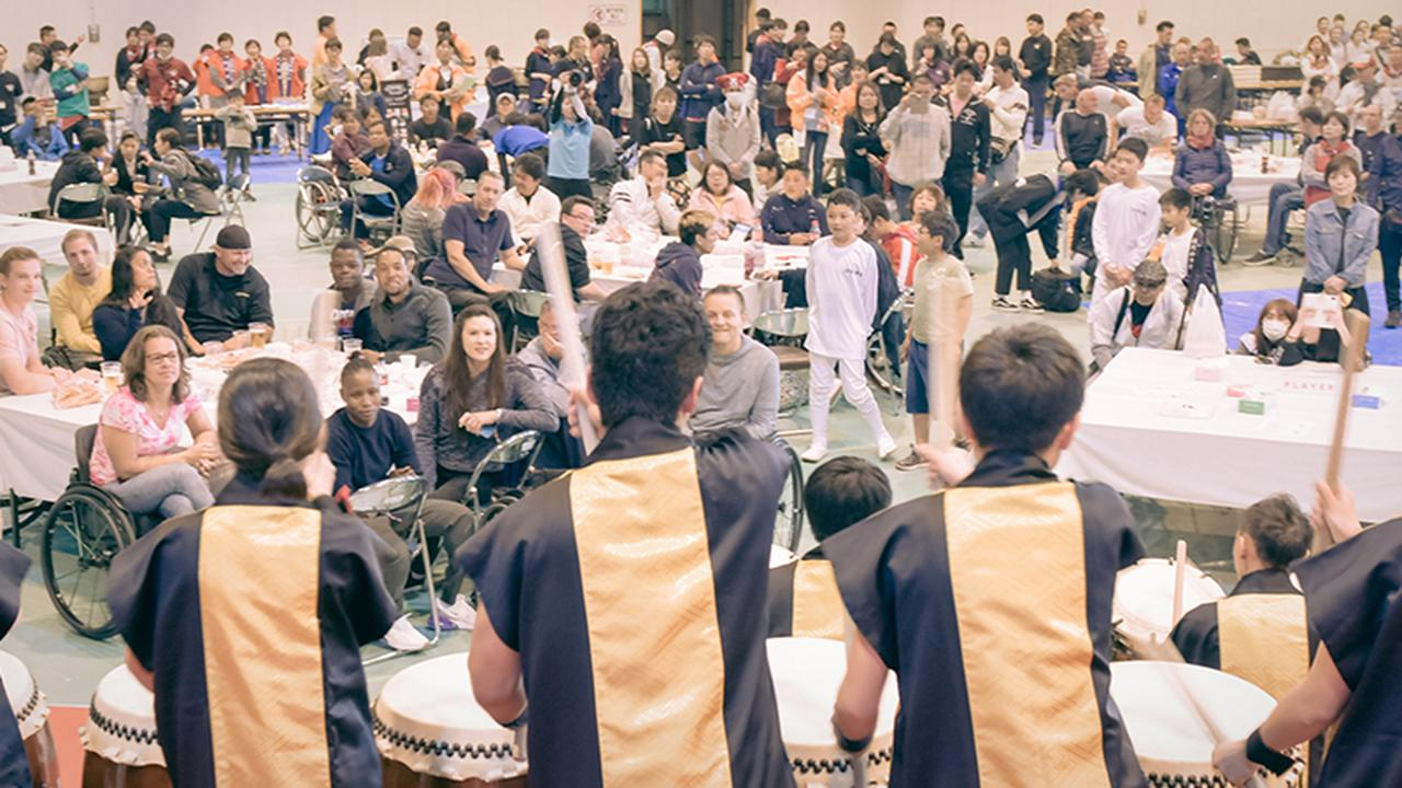 画像: 子どもたちによる和太鼓演奏は圧巻で、選手たちも住民たちも大きな拍手を送った