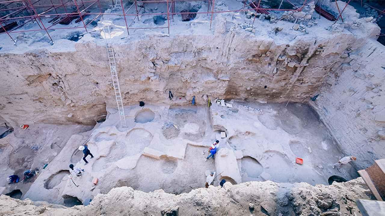 画像: カマン・カレホユック遺跡の北区。ここで文化編年の発掘作業が行われている