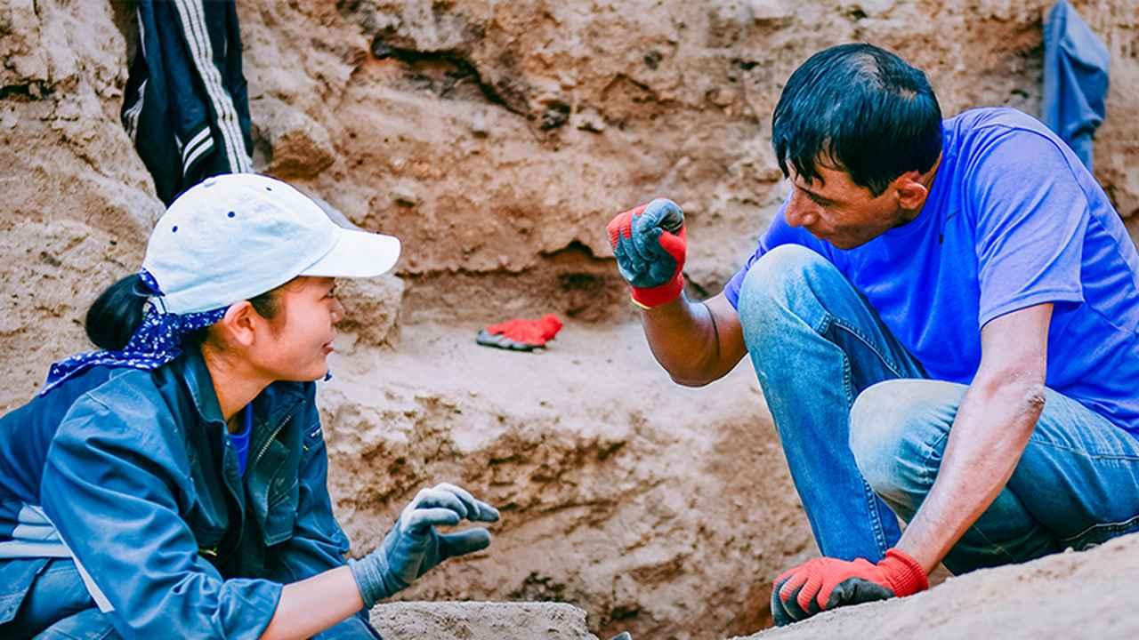 画像: 現地スタッフに教わりながら発掘作業を行う難波江春凪さん