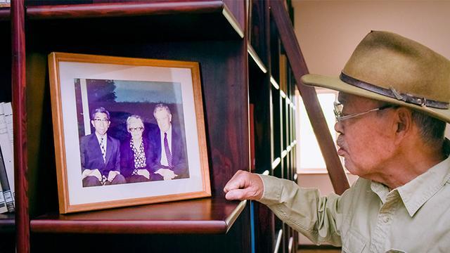 画像: 三笠宮崇仁親王殿下と大村さんの考古学の師タフスィン・オズギュッチ教授夫妻が写った写真。殿下は、中近東文化センターを設立し、総裁や名誉総裁を長く務めた