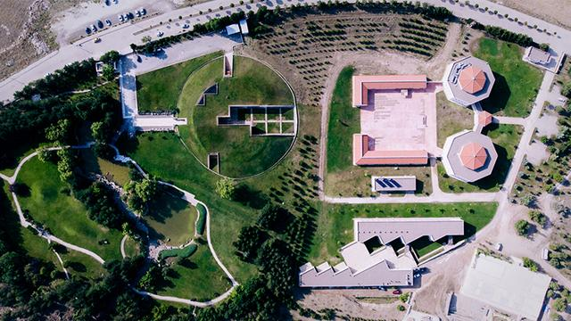 画像: アナトリア考古学研究所(右)、カマン・カレホユック考古学博物館(中)、三笠宮記念庭園(左)。いずれの構想にも、三笠宮崇仁親王殿下と、その想いを引き継いだ、寬仁親王殿下、彬子女王殿下の3代にわたる大きな支援があったという