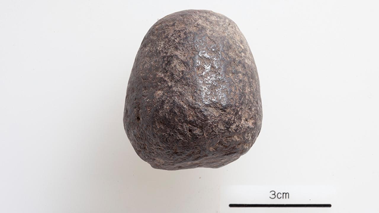 画像: 前期青銅器時代にあたる紀元前2250〜2500年の層から出土した鉄の塊。小さな遺物が、鉄器時代の幕開けの歴史を変えつつある(写真提供:アナトリア考古学研究所)