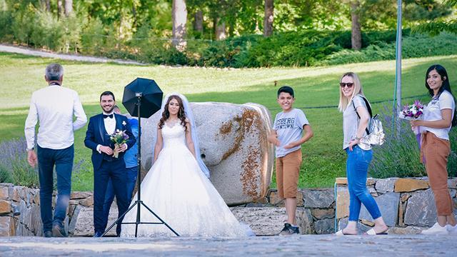 画像: 日本庭園は結婚式の人気撮影スポットにもなっている。多い日には約40組訪れるという