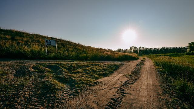 画像: 遺跡の東西には、1万年前からある古代の道「シルクロード」が走る
