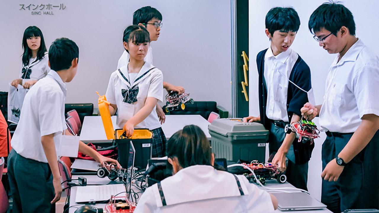 画像: ロボカップ「レスキュー」では女子生徒の姿もあった