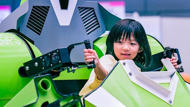 画像: ロボフェス会場では、多くの女の子がロボットを楽しんでいた