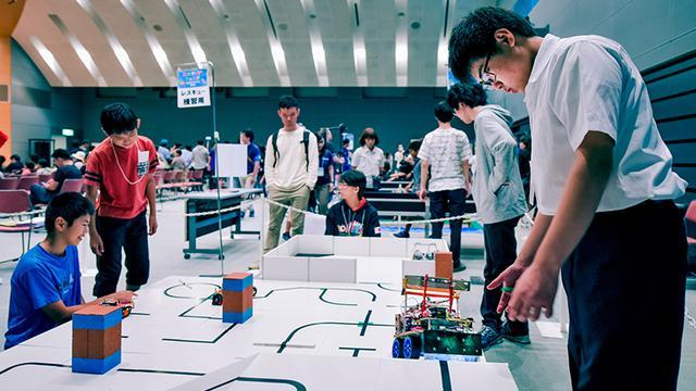 画像: 「レスキュー」の練習風景。ロボットは黒い線をたどって「被災者」のいる部屋を目指す