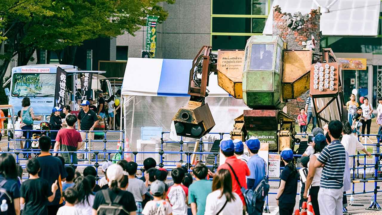 画像: ロボフェスでは巨大ロボットに乗れる企画もあり、多くの子どもたちが集まっていた