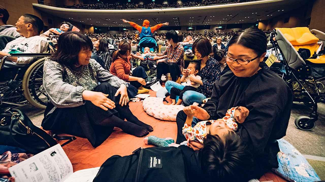 画像: 「のびのび観賞席」には、小さな子どもたちが寝転べるスペースもある