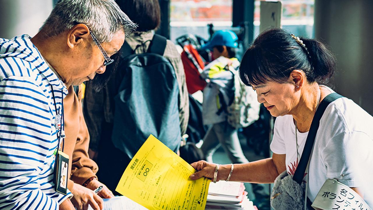 画像: コンサートは延べ約100人のボランティアに支えられている。石垣美由紀さん=右=と夫の節明さん=左=は毎年開催を手伝っている