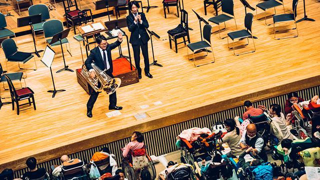 画像: 楽団員による楽器紹介は、コンサートの人気コーナー