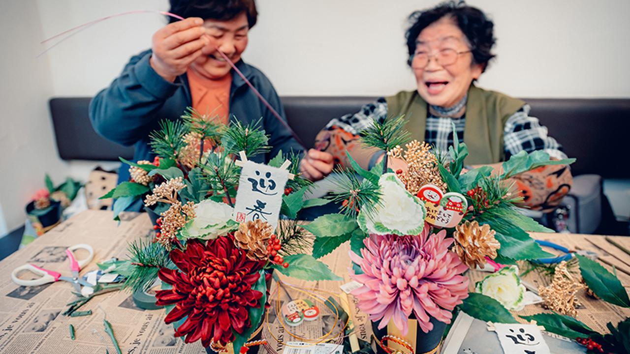 画像: WATALISでできた友達、馬場キヨさんと正月飾りを作る。完成は近い