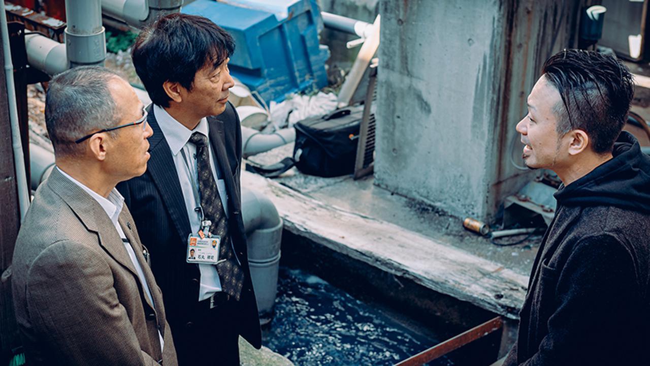 画像: 石丸祥司さん=左から2人目=らと、染色工場を視察する野村さん