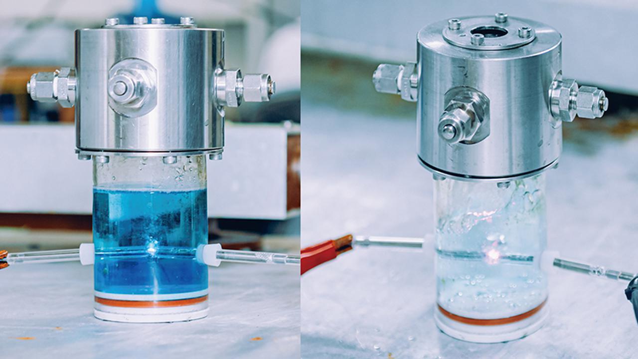 画像: 実験室で、染料の溶液を液中プラズマで分解すると、15分後には右の色にまで透明になった