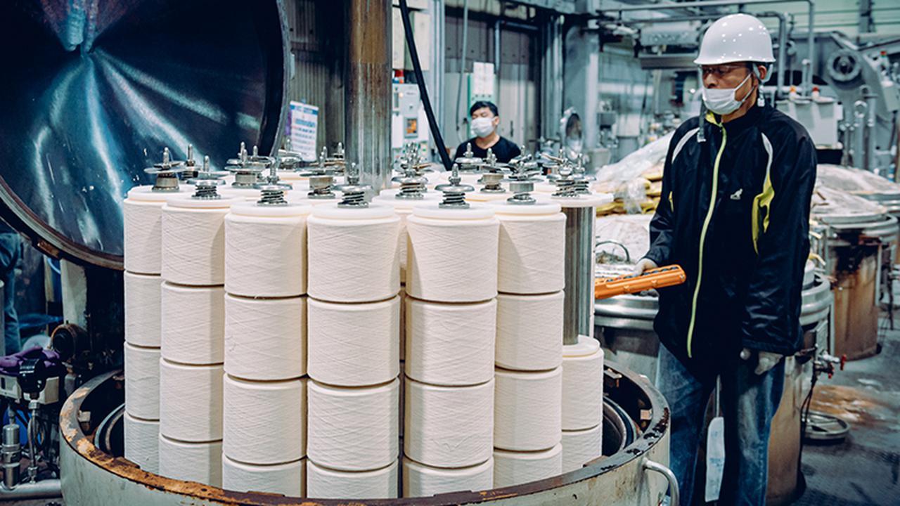 画像: 今治市内の染色業者。タオルの原料となる白い糸をさまざまな色に染める