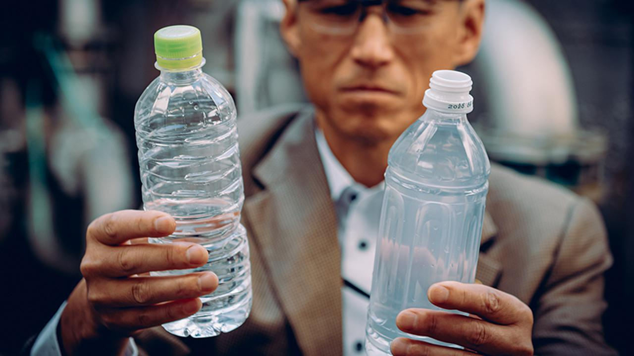画像: 飲料水=左=と染色業者の排水