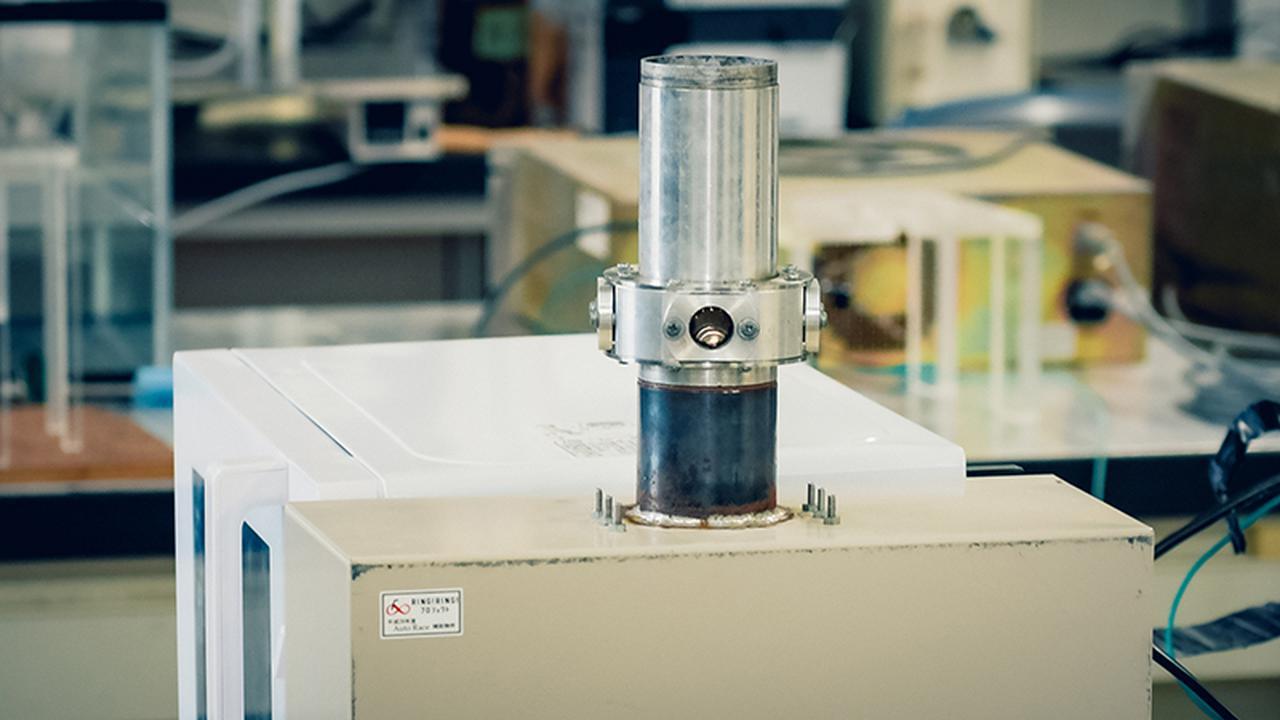 画像: プラズマで油を分解する装置。電子レンジの部品からつくったという
