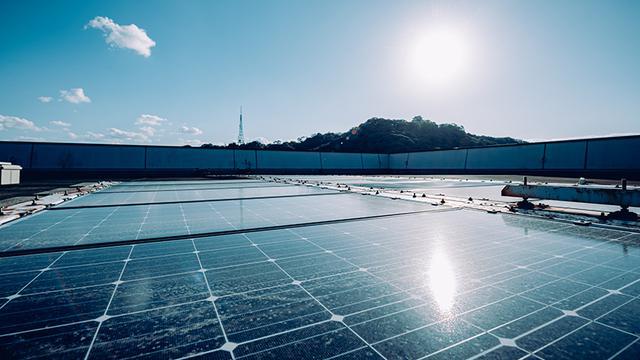 画像: 研究室の実験に必要な電力は、屋上の太陽光パネルでまかなっている