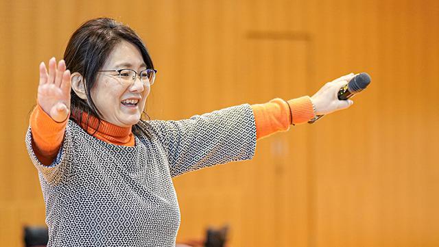 画像: 授業中の中山さんは裏方として講師や子どもたちをサポートする