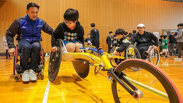 画像: 陸上競技用車いすの指導をするのは、2008年北京パラ五輪の銀メダリスト、笹原廣喜さん