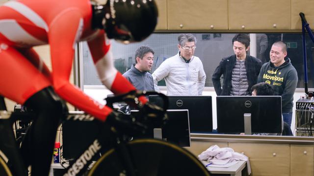 画像: 筑波大学の施設を借りた実験室で、ウェアの性能を測る