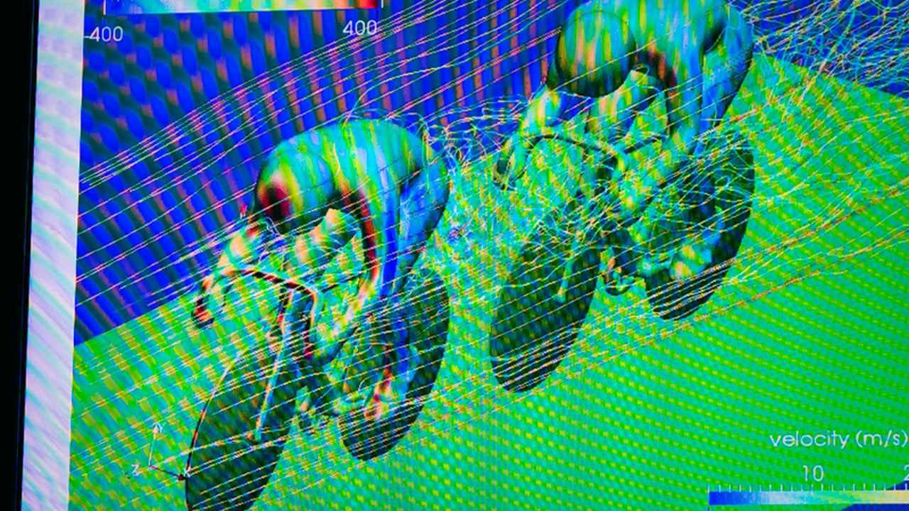 画像: 先頭を走る選手は大きな風圧を受ける