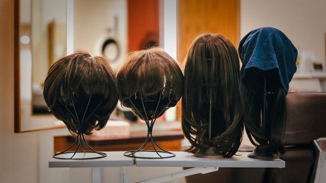 画像: さまざまな種類のウィッグ。帽子付きもある